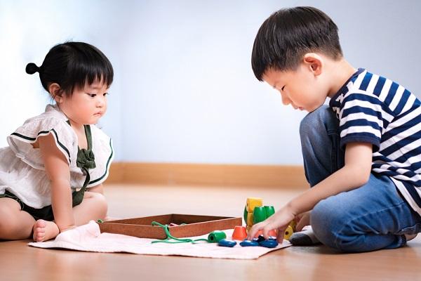 モンテッソーリ教具で遊ぶ2人の子どもの写真