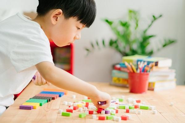 モンテッソーリ教具で遊ぶ男の子の写真