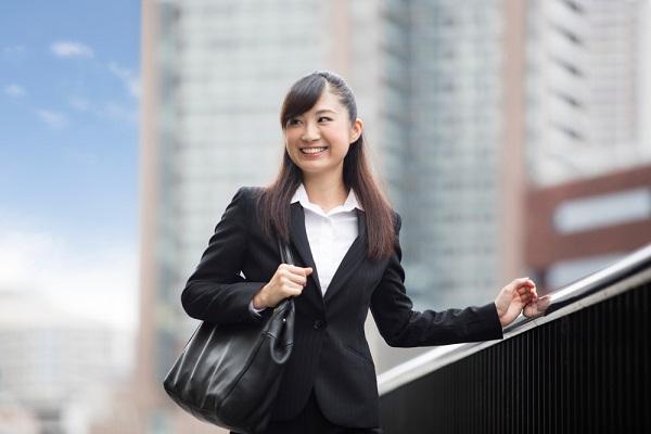 スーツを着て歩く女性の写真