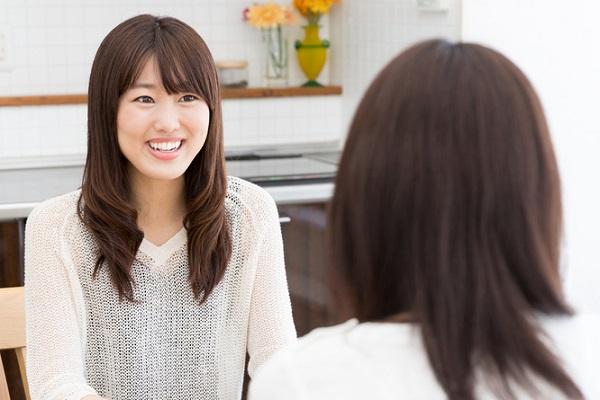 会話している2人の女性の写真