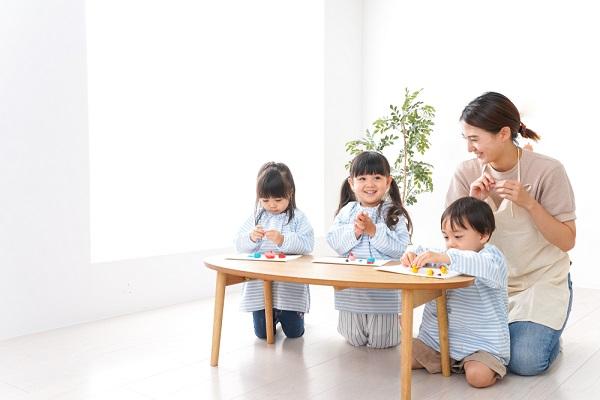 室内遊びでゲームを楽しむ乳児の写真