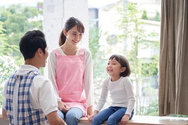 保育士と子どもが話している