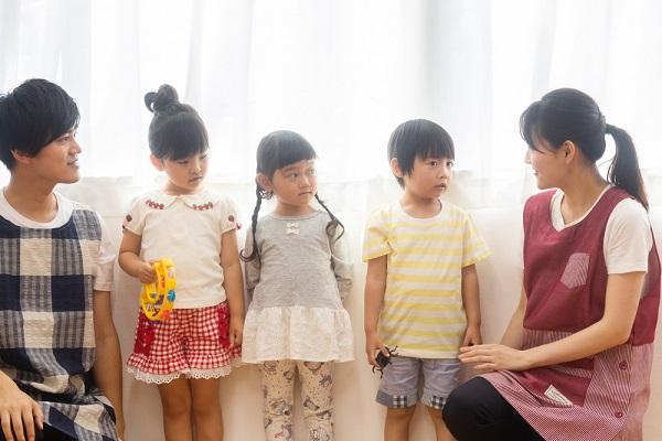 室内遊びでゲームを楽しむ幼児の写真