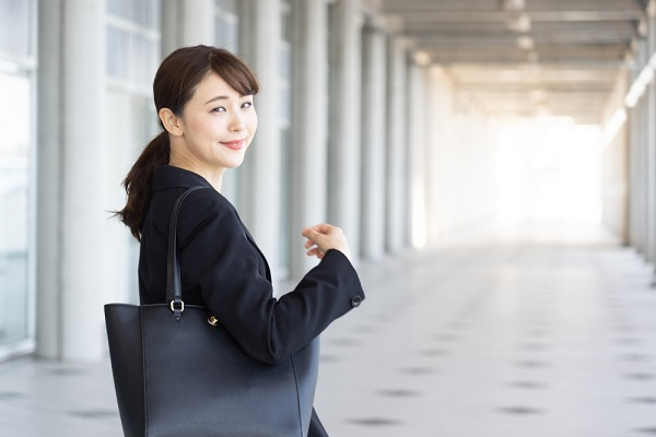 振り向くスーツの女性