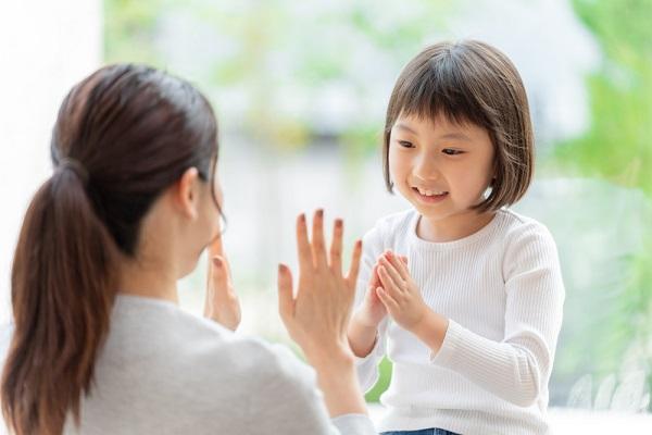 乳児クラス向けの簡単な手遊び12選!実習などで役立つ、季節別に人気の歌