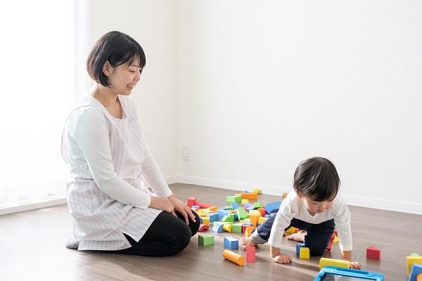 自宅で子どもと遊んでいる保育士