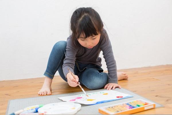 絵の具で絵を描いている女の子