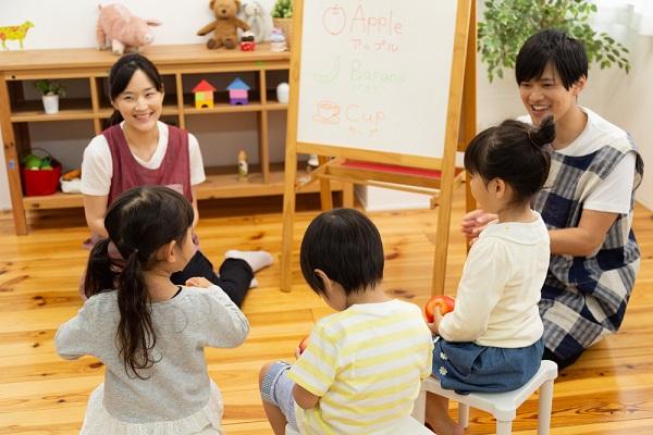 子ども達に英語を教える保育士