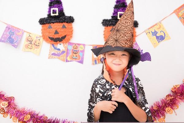 ハロウィンの恰好をした女の子の写真