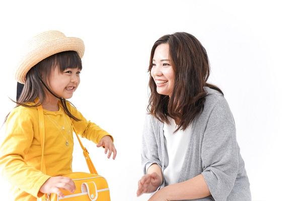 帽子をかぶった子どもと女性