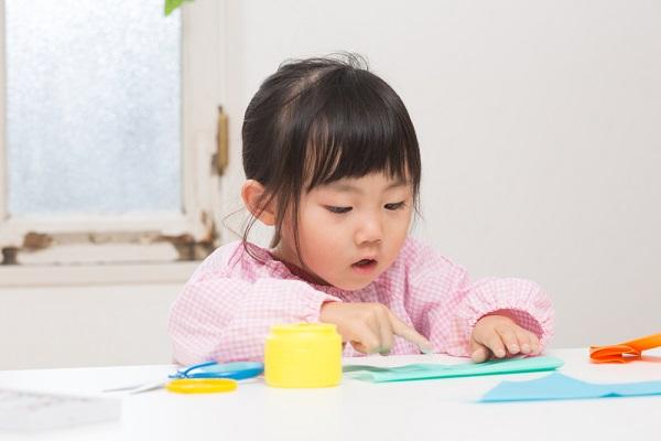 折り紙をしている女の子