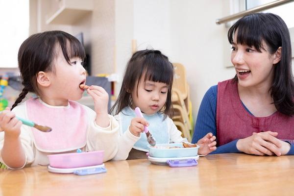 食事をする子どもたち