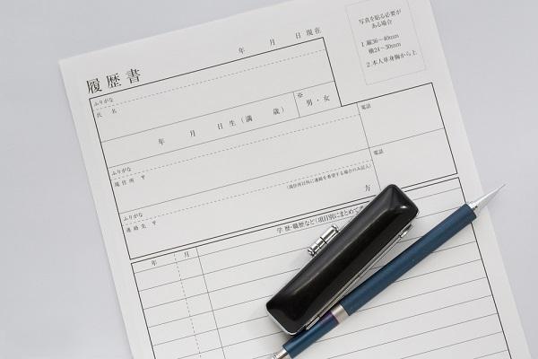 履歴書とペンと印鑑