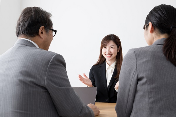 笑顔で面接をしている女性