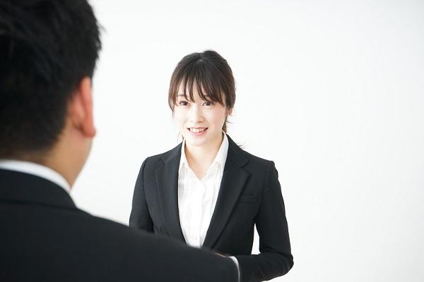 面接で話している女性