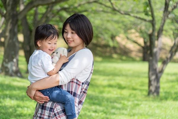 子どもを抱っこしている保育士