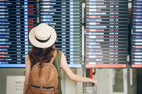 スーツケースをもった女性