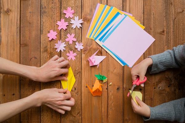 折り紙をしている様子