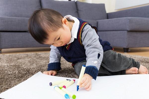 お絵描きしている男の子