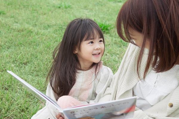 絵本を読む女の子の写真