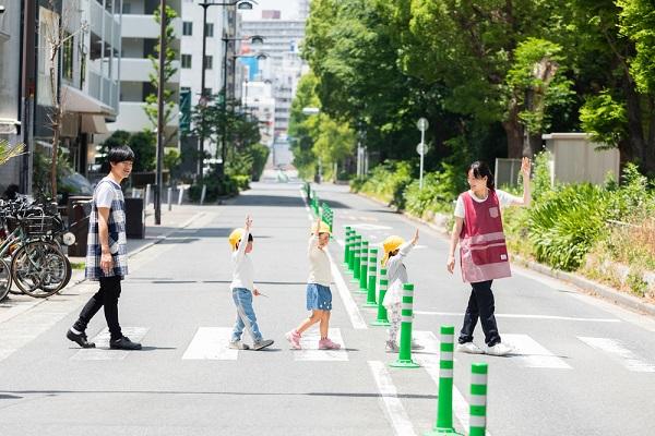 横断歩道を渡る子どもと先生
