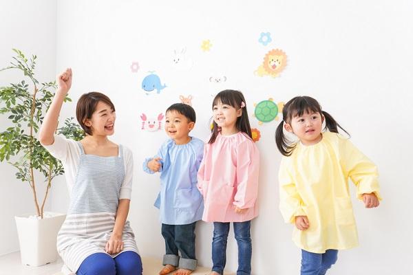 室内で遊ぶ保育士と子ども達