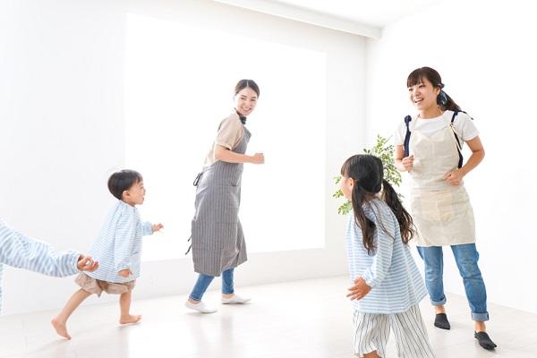 室内で走る回る保育士と子ども達