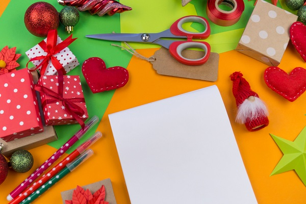 クリスマスのオーナメントと工作の道具