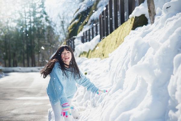 雪遊びをする女の子の写真