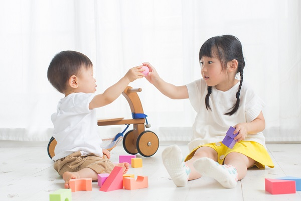 1歳児が楽しめる手作りおもちゃ。保育園でできる簡単なアイデア12選