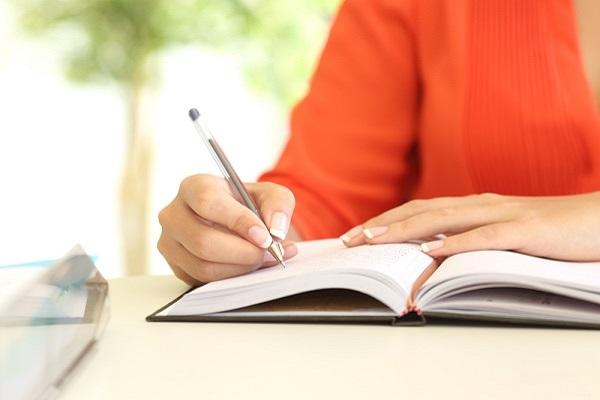 保育実習日誌を書く学生の写真