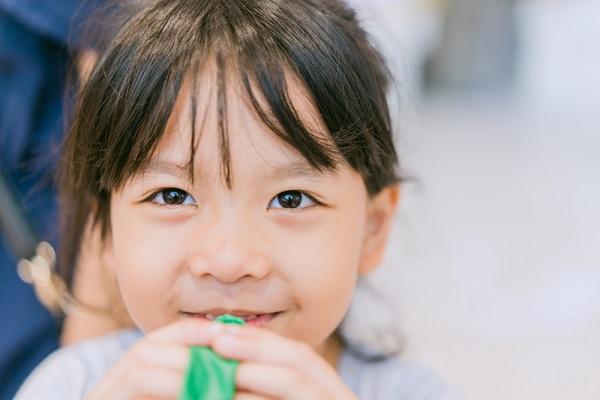 保育園での落ち葉遊び。ねらいと戸外や室内でできる簡単なアイデア