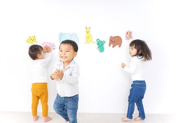 幼稚園で遊ぶ子どもたち