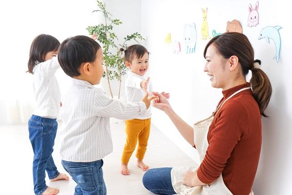 先生と遊ぶ子どもたち