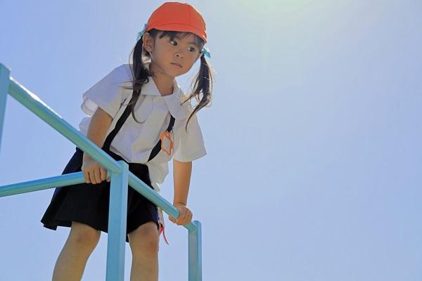 幼稚園で遊ぶ子どもの写真