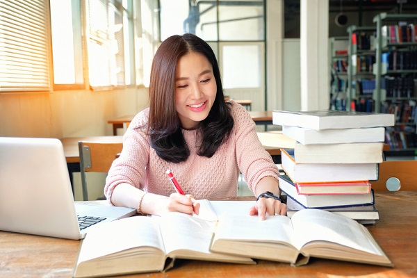 勉強する先生の写真