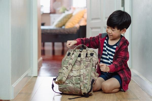 遠足の準備をする子どもの写真