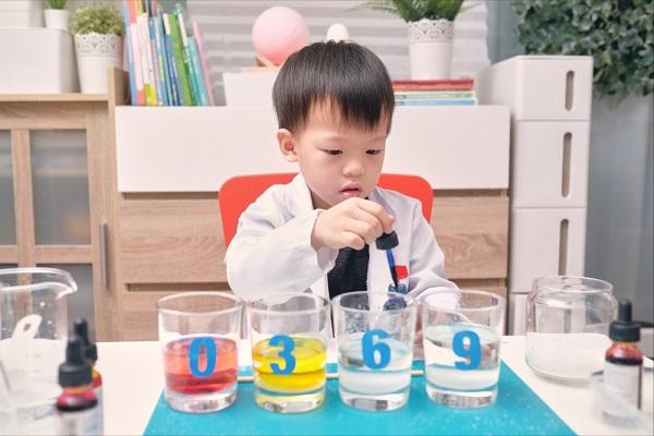 実験遊びを行う子どもの写真