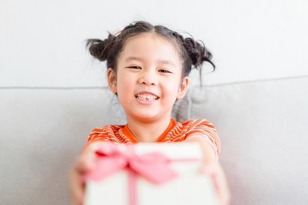 0歳児向けのクリスマス製作。ねらいやリース、トナカイなどのアイデア、作るときのポイント