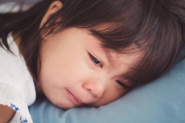 泣いている子どもの写真