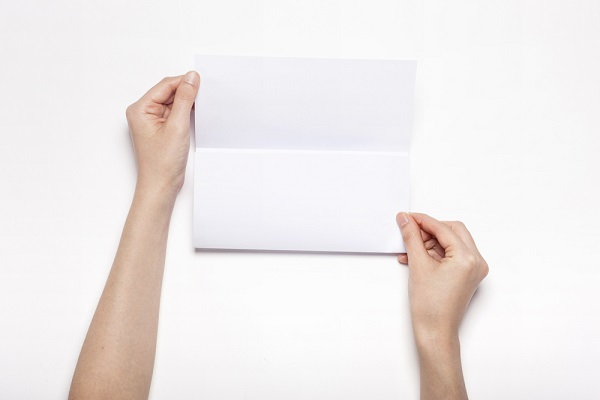 便箋を持つ手