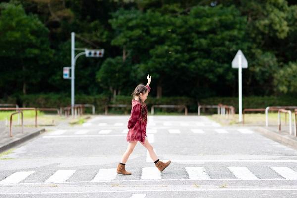 横断歩道を渡る子どもの写真
