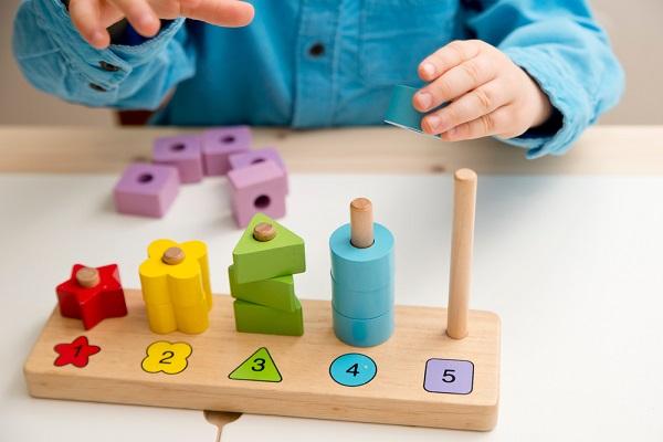 玩具で遊ぶ子どもの写真
