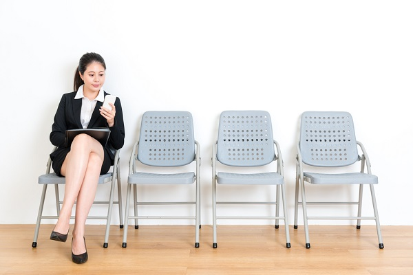 椅子に座って電話する女性