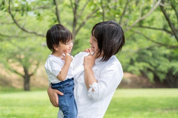 1歳児の子どもと担任保育士さんの写真