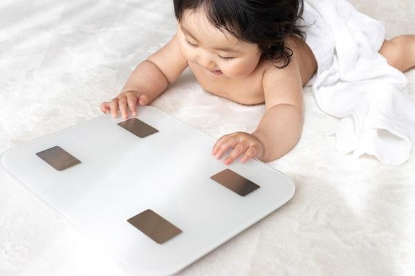 体重計と赤ちゃん