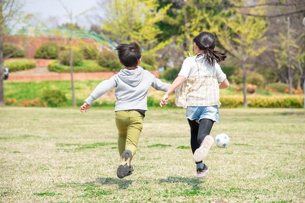 保育園でできる雪遊びのアイデア。ねらいや年齢別の遊び方、注意点