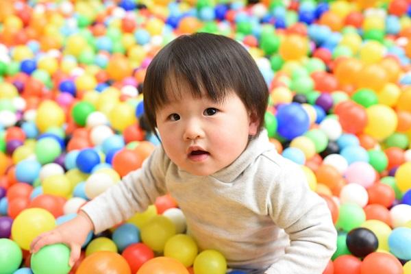 カラフルなボールで遊ぶ子ども