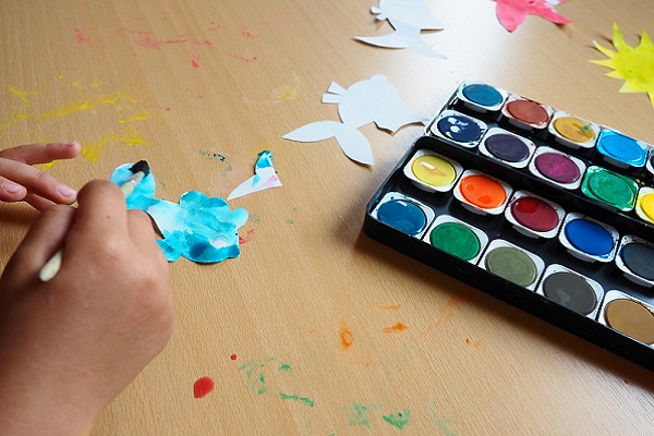 紙を絵の具で塗る様子
