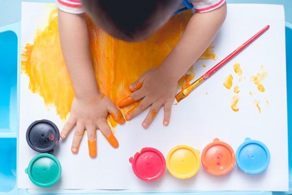 絵の具で楽しむ子ども